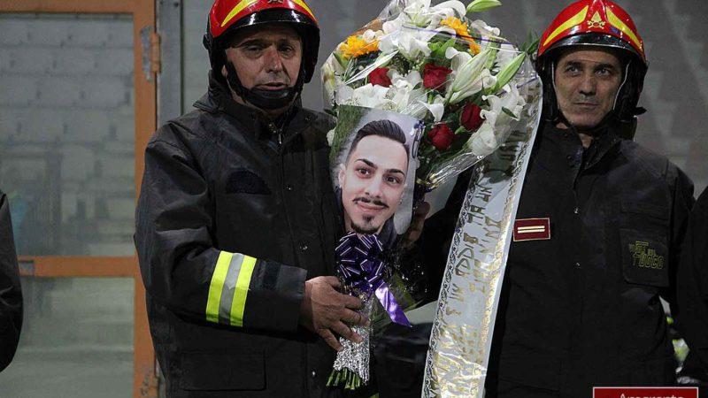Il saluto commosso a un figlio di Reggio durante i funerali al Duomo. VIDEO